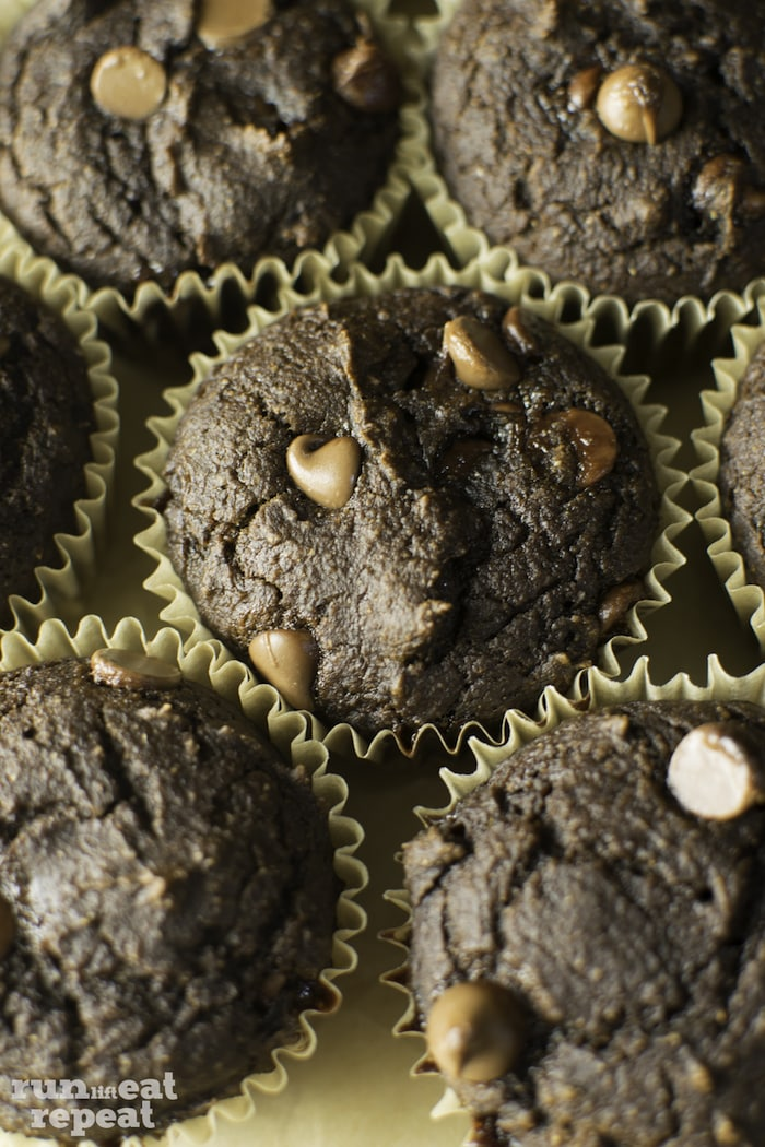 These 130 calorie chocolate pumpkin muffins taste like heaven! A breakfast staple for sure. Find more at runlifteatrepeat.com