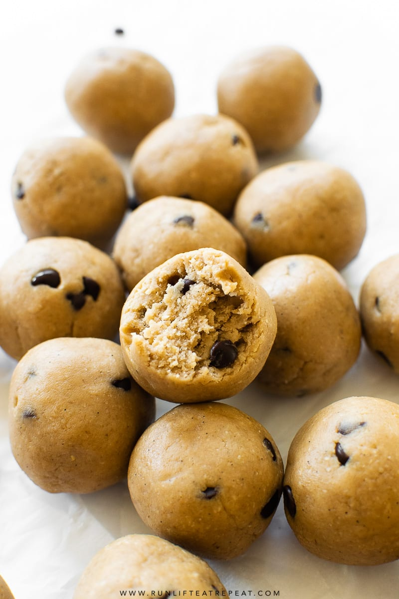These easy to make protein bites are made from just 6 basic ingredients and taste just like cookie dough. Perfect on-the-go or pre-workout snack! Recipe on runlifteatrepeat.com #glutenfree #snack #healthy #protein #cookiedough