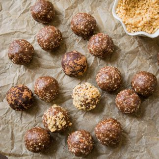 These healthy peanut butter brownie bites are just 6 ingredients— dates, almonds, cocoa powder, peanut butter, honey, and salt. Toss it in a blender then roll into balls.