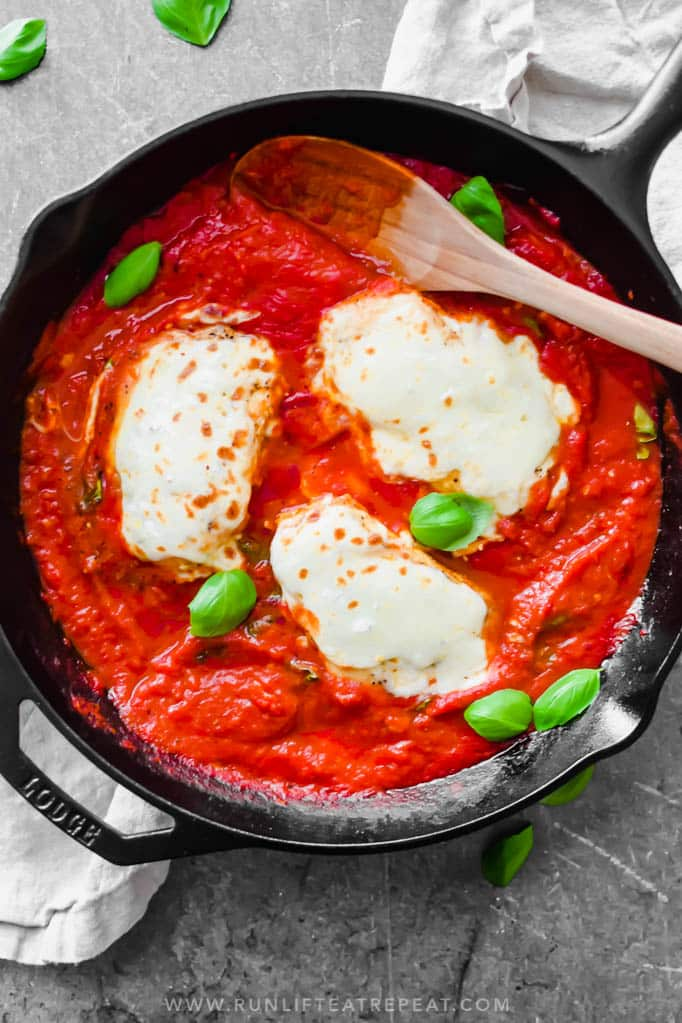 One skillet and 35 minutes is all it takes to make this easy chicken parmesan! Find the recipe at runlifteatrepeat.com.